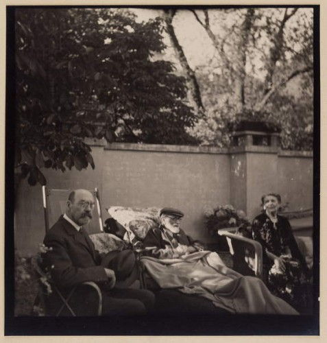 Sigmund Freud and his family at the house of Princess Marie Bonaparte, Paris, 5th June 1938 (bw photo) by Unbekannt Unbekannt